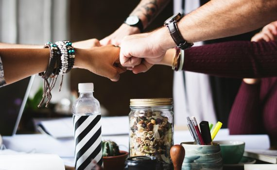 Samenwerkende mensenhanden na Geweldloos Communiceren training