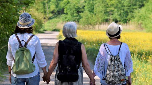 3 wandelende vrouwen, hand in hand