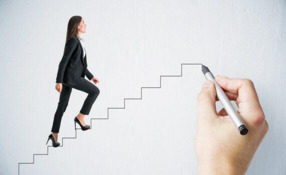 vrouw die de trap oploopt - Geweldloze communicatie coaching opleiding