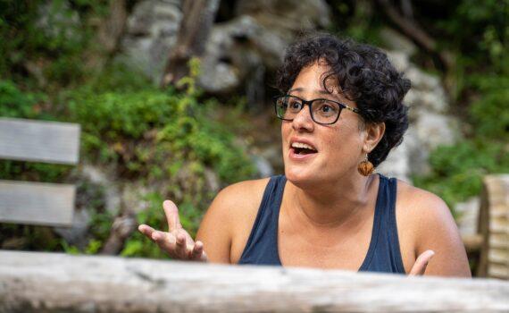 Een vrouw die praat met geweldloze communicatie